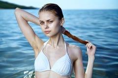 Schöne junge Frau steht auf dem Meer, Ozean, Strand, Wasser, Ferien still Stockbild
