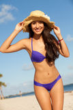 Schöne junge Frau am Strand Stockfotos