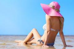 Schöne junge Frau am Strand lizenzfreies stockbild