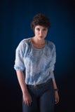 Schöne junge Frau, Studioschuß lizenzfreie stockfotografie