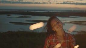 Schöne junge Frau tanzt mit Wunderkerze am Abend, Zeitlupe stock video footage