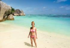 Schöne junge Frau in tropischem Strand Seychellen lizenzfreies stockbild