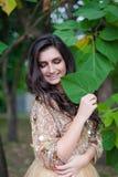 Schöne junge Frau umarmt sich Stockfoto