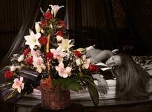 Schöne junge Frau und Blumenstrauß der Blumen Lizenzfreies Stockfoto