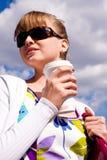 Schöne junge Frau und Kaffee Stockbilder