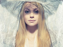Schöne junge Frau unter einem Schleier Lizenzfreie Stockbilder