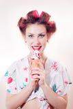 Schöne junge Frau, welche die Eistüte in camera schaut lokalisiert auf weißem Kopienraumhintergrund-Porträtbild isst Lizenzfreies Stockbild