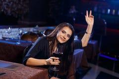 Schöne junge Frau, welche die Kellnerin anruft lizenzfreie stockbilder