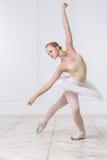 Schöne junge Frauen-Ballerina Lizenzfreie Stockbilder