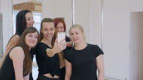 Schöne junge Frauen, die ein selfie während eines Bruches auf einer Pfosteneignungsklasse nehmen stock video