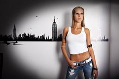 Schöne junge Frauen, die Jeans tragen lizenzfreie stockfotos