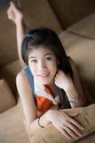 Schöne junge Frauen gelegt auf Sofa Stockfotografie