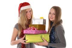 Schöne junge Frauen mit Geschenken für Weihnachten Lizenzfreie Stockfotos