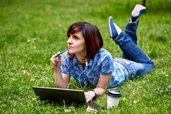 Schöne junge Freiberuflerfrau, die Laptop verwendet Stockfotos