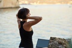 Schöne junge Freiberuflerfrau, die Laptop verwendet Stockbilder