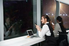 Schöne junge Geschäft Asiatin bearbeitet einen Laptop Stockfoto