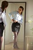 Schöne junge Geschäftsfrau, die angekleidet erhält lizenzfreie stockfotografie