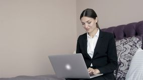 Schöne junge Geschäftsfrau, die an Computer in einem presidetial Klagenraum des Hotels arbeitet stock video