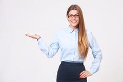 Schöne junge Geschäftsfrau, die copyspace darstellt stockbild