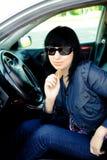 Schöne junge Geschäftsfrau in ihrem Auto