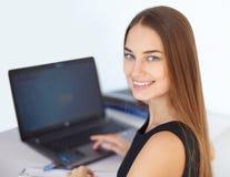 Schöne junge Geschäftsfrau im Büro Stockfoto