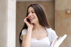 Schöne junge Geschäftsfrau mit movil Stockbild