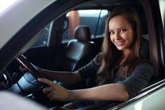 Schöne junge glückliche Frau im Auto Stockbilder