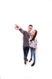 Schöne junge glückliche Hippie-Paare mögen lächeln, Punktfinger umfassend, um Kopienraum zu leeren, Stockbilder