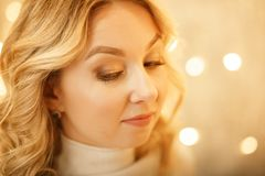Schöne junge glückliches Weihnachtsfrau über Weiß stockbild