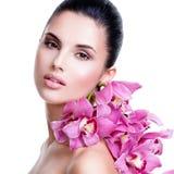 Schöne junge hübsche Frau mit gesunder Haut Stockbilder