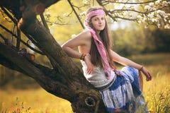 Schöne junge Hippiefrauenaufstellung lizenzfreie stockfotos