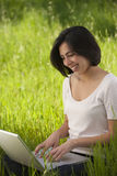 Schöne junge hispanische Frau, die an Laptop arbeitet Lizenzfreies Stockbild