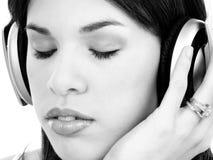 Schöne junge hispanische Frau, die Musik genießt stockfotografie