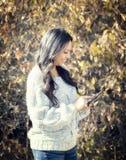 Schöne junge hispanische, indianische, ethnisch gemischte Frau mit Handy stockfotos