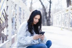 Schöne junge hispanische, indianische, ethnisch gemischte Frau mit Handy stockbilder