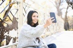 Schöne junge hispanische, indianische, ethnisch gemischte Frau mit Handy lizenzfreie stockfotos