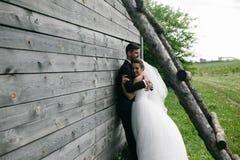 Schöne junge Hochzeitspaare draußen Lizenzfreies Stockfoto