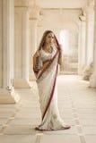 Schöne junge indische Frau in der traditionellen Kleidung mit Braut lizenzfreies stockfoto