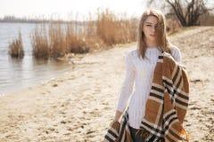 Schöne junge jugendliche kaukasische Frau in einem Plaidgehen denken Lizenzfreies Stockbild