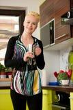 Schöne junge kaukasische blonde Frau, die herein Espressokaffee kocht Lizenzfreies Stockbild