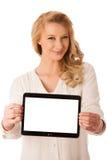 Schöne junge kaukasische Frau, die eine Tablette in ihrer Handiso hält Stockbild