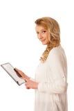 Schöne junge kaukasische Frau, die eine Tablette in ihrer Handiso hält Lizenzfreies Stockfoto