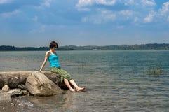 Schöne junge kaukasische Frau, die weg im See an einem Sommertag in Sapanca, die Türkei abkühlt stockfotos