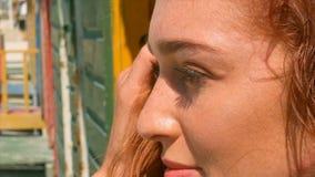 Schöne junge kaukasische Frauenstellung auf Strandhütte im Sonnenschein stock video