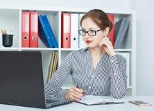 Schöne junge kaukasische Geschäftsfrau, die an einem Laptop im Büro arbeitet Geschäft, Devisenmarkt, Jobangebot lizenzfreie stockfotografie
