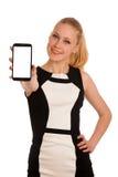 Schöne junge kaukasische Geschäftsfrau mit Smartphone communi Stockfoto