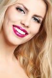 Schöne junge lächelnde Frau Stockfotografie
