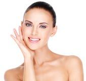 Schöne junge lächelnde Frau mit gesunder frischer Haut des Fas Stockfotos