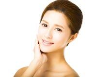 Schöne junge lächelnde Frau mit sauberem Gesicht Stockbild