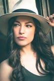 Schöne junge Latinofrau mit dem Panama-Hutporträt im Freien herein lizenzfreie stockbilder